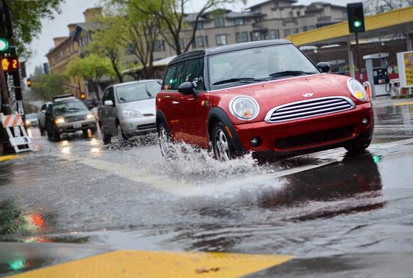 Stormwater picks up contaminants from vehicles. Photo: Daniel Parks (CC BY-NC 2.0) https://www.flickr.com/photos/parksdh/7014755513